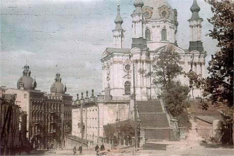 Церковь Св.Андрея Первозванного, как будто бы ничего не происходит на северо-западной окраине города.